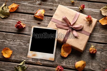 cornice vuota con scatola regalo