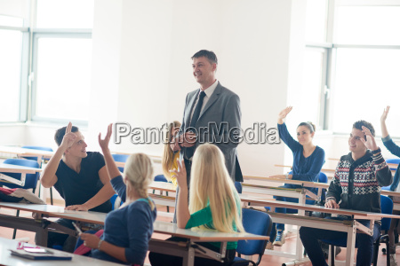 gruppo di studenti con linsegnante in