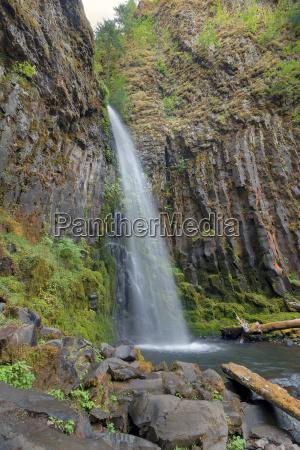 cascata muschio basalto massi macigni sedimenti