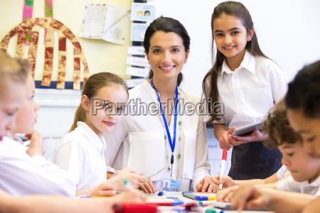 insegnante felice a scuola
