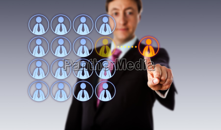 sorridente manager outsourcing ad un lavoratore