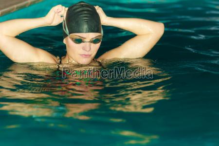 donna atleta in acqua piscina sport