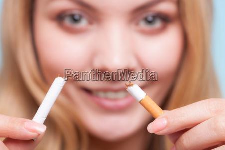 donna sigaretta pericolo risata sorrisi salute