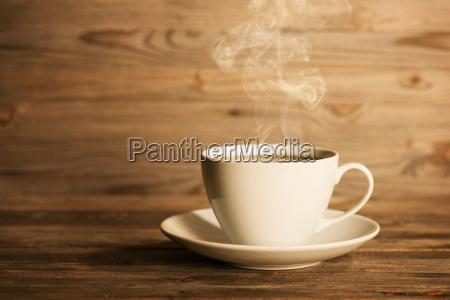 caffe caldo fumante in tazza bianca