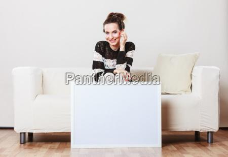 donna su un divano in possesso