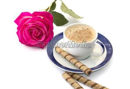 rosa e cappuccino su piattino con
