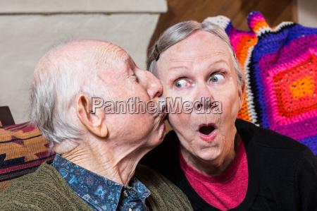 anziano signore baciare donna anziana su