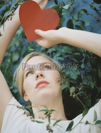 una donna bionda in possesso di