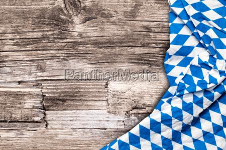 tovaglia oktoberfest su tavola di legno