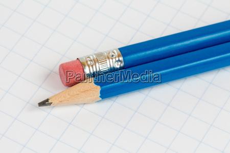 matite sul libro degli esercizi quadrati
