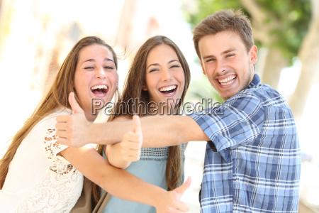 tre adolescenti felici ridendo con il