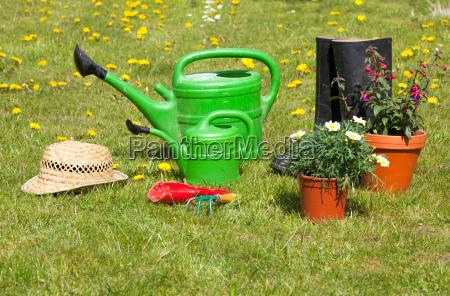 attrezzi da giardino e cappello di