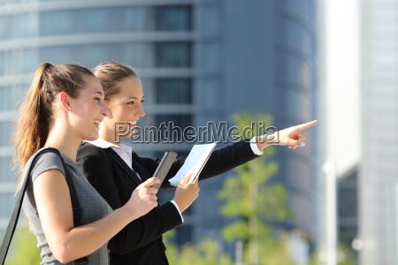 businesswomen ricerca posizione con gps mobile