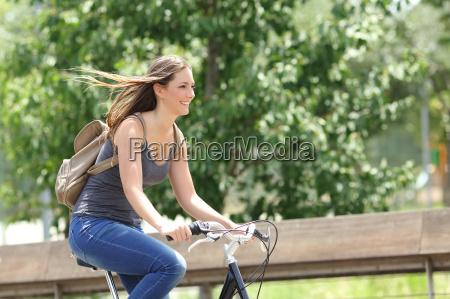 donna ciclista bicicletta in un parco