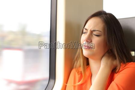 donna sollecitata con il dolore del