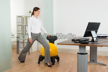 businesswoman esercizio con pilates ball su