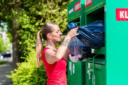 donna porta vecchi vestiti per lo