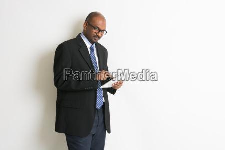 indiano uomo daffari in tablet