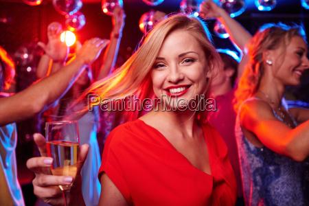 ragazza con flute di champagne