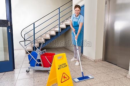 lavoratore con attrezzature per la pulizia