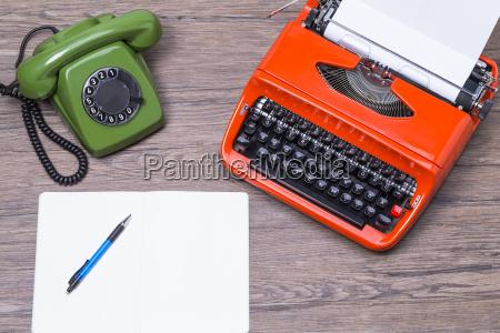 vecchio telefono con macchina da scrivere