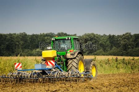 agricoltore con trattore al lavoro