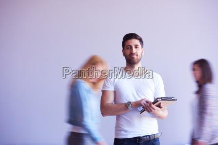 studente che lavora su tablet gruppo