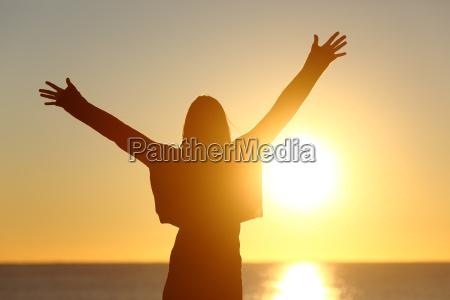 donna libera che alza le braccia