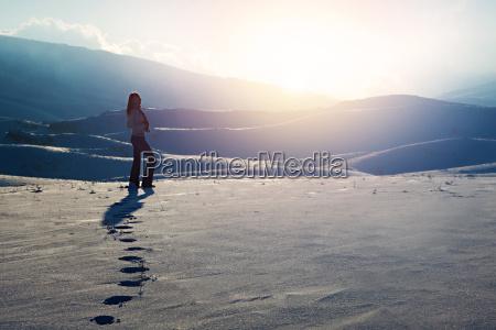 donna collina inverno tramonto passi camminare