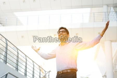 asiatici uomini daffari indiani celebrano successo