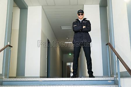 guardia di sicurezza in piedi allingresso