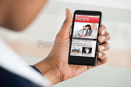 donna che legge notizie sul cellulare