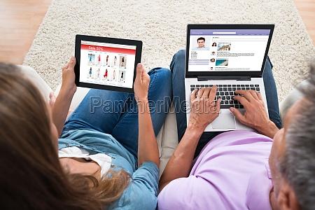 coppia shopping e chat sul computer