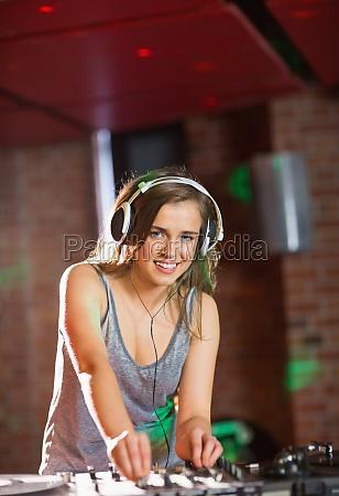 abbastanza dj riproduzione di musica techno