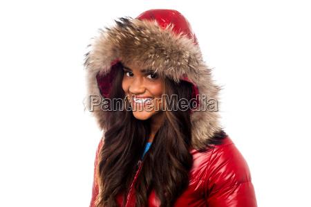donna graziosa in giacca rossa su