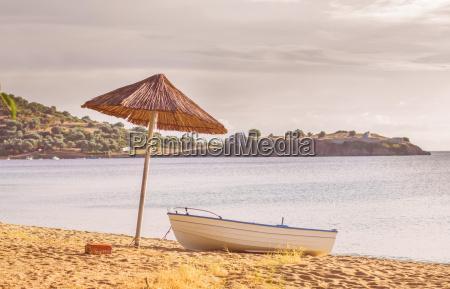 barca di pesca sulla spiaggia di