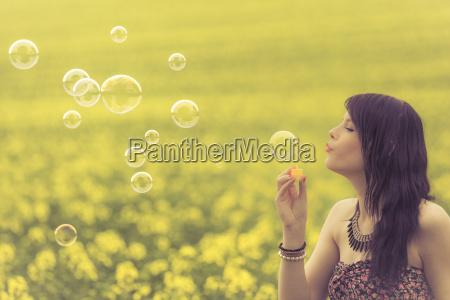 bella donna che soffia molte bolle