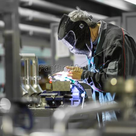 saldatura delloperaio industriale in fabbrica del