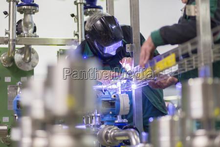 saldatura del lavoratore dellindustria nella fabbrica