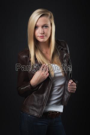 giovane ragazza bionda in giacca di