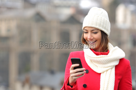girl texting in un telefono cellulare