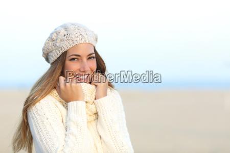donna sorridente calorosamente vestita in inverno