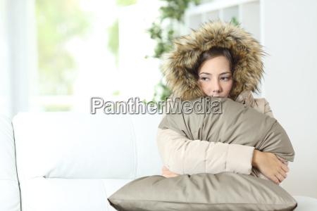 donna calorosamente vestita in una casa
