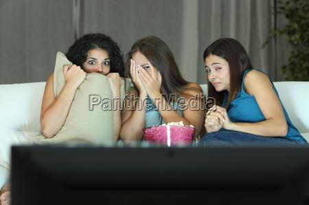 le ragazze che guardano un film