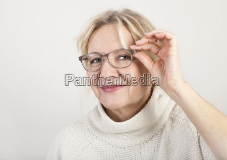 donna anziana con gli occhiali
