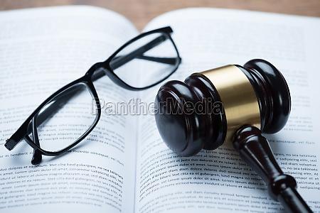 maglio ed occhiali sul libro legale