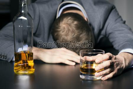 dipendenza da alcol uomo daffari