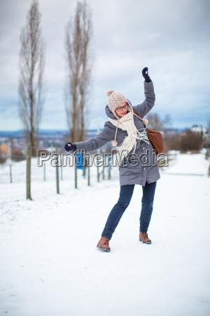 donna nota catarro raffreddore marciapiede scivoloso