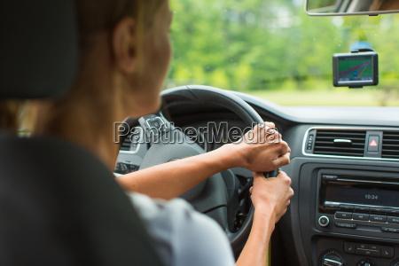 la giovane donna alla guida di