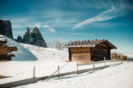 paesaggio montuoso invernale con rifugio rustico